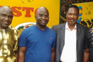 De g à dr: L. Guirassy, K. Oularé, JMJ et K. Condé au siège de JMJ Com. Crédit photo : Tabassy BARO ,GCI